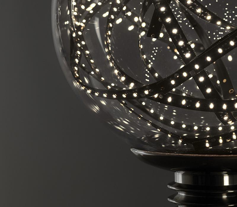 Higgs LED落地灯兼阅读灯由Castglioni设计,它采用金属结构,配有穆拉诺玻璃灯光漫射器,备有多种可选颜色,详见Promemoria产品目录|Promemoria