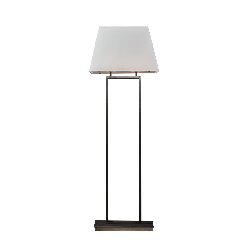 Agatha LED落地灯采用铜质结构,灯罩以亚麻、纯棉面料或手工缝边丝绸制成,请参见Promemoria产品目录|Promemoria
