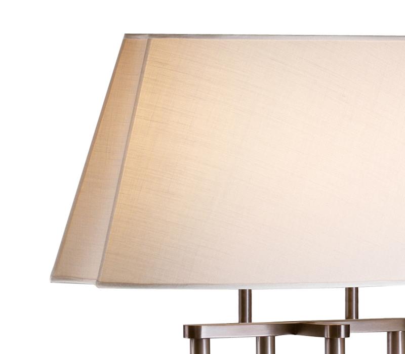 Catherine LED落地灯采用铜质结构,灯罩为椭圆形、长方形或者亚麻、纯棉面料或手工缝边丝绸形成的凹形,灯罩详见Promemoria产品目录|Promemoria