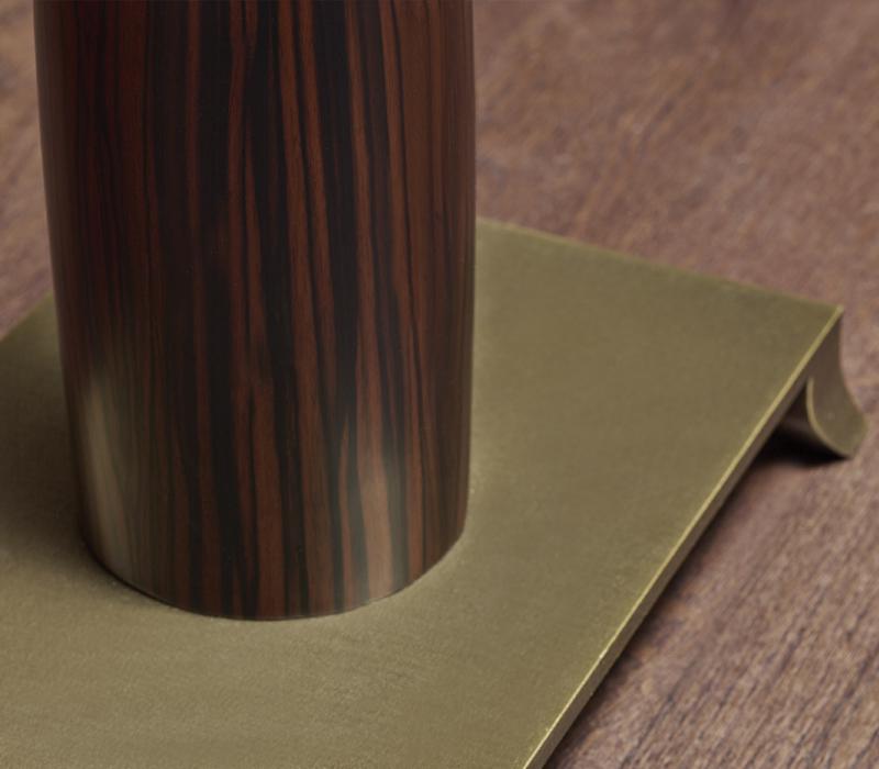 Pia LED落地灯采用木质或皮革结构,灯罩以手工刺绣丝绸制成,铜质灯座细节详见Promemoria产品目录 Promemoria