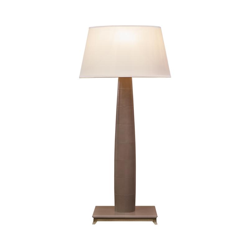 Pia LED落地灯采用木质或皮革结构,灯座为铜质或以皮革包衬,灯罩以手工刺绣丝绸制成,请参见Promemoria产品目录 Promemoria