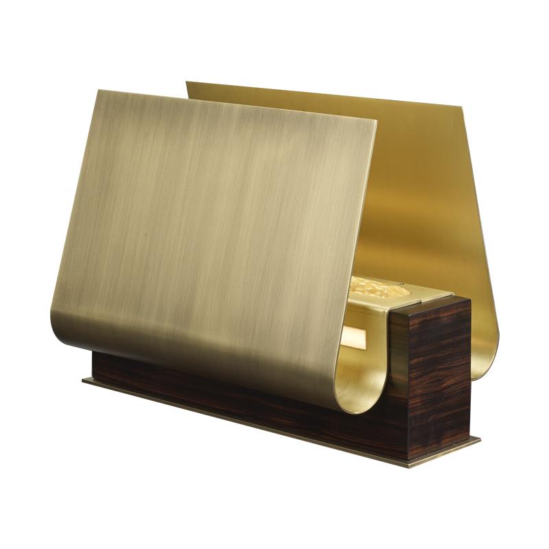 Dodoma是一款采用木质结构的台灯,灯罩外侧使用了青铜,内侧采用黄铜,饰以穆拉诺玻璃细节,请参见Bruno Moinard设计的Promemoria胶囊系列|Promemoria