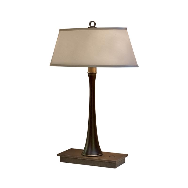 Geraldine LED是一款采用木质结构的台灯,铜质灯座,灯罩以亚麻、纯棉面料或手工刺绣的丝绸制成,请参见Promemoria产品目录|Promemoria