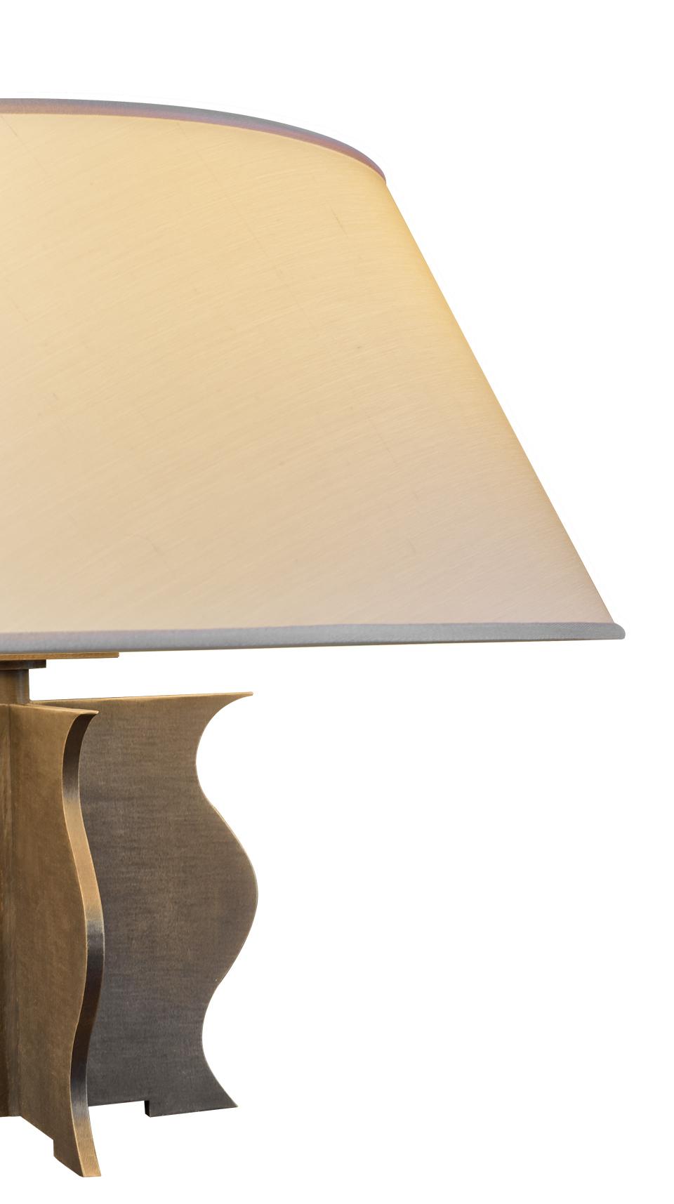 Lillì LED台灯兼床头灯采用锤纹铜质结构和亚克力灯光漫射器,灯罩以亚麻、纯棉面料或手工刺绣丝绸制成,请参见Promemoria产品目录|Promemoria