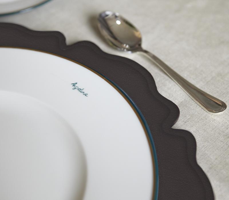 Ibisco是一款花朵造型的皮革或橡胶黄麻织物杯垫,请参见Promemoria产品目录 Promemoria