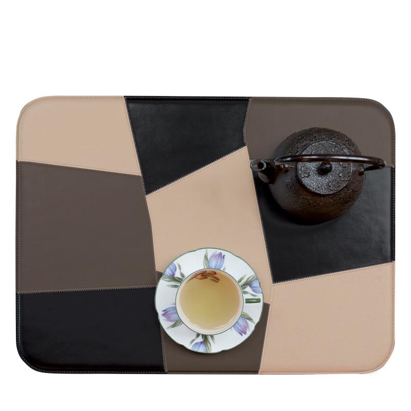 Tovaglietta Americana拼接餐垫是一款美式拼接餐垫,它组合了不同颜色的皮革,请参见Promemoria产品目录|Promemoria