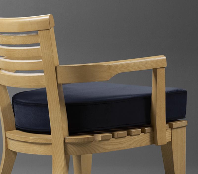 Varenna木质户外扶手椅配有织物或皮革软垫,详见Promemoria户外系列产品目录|Promemoria