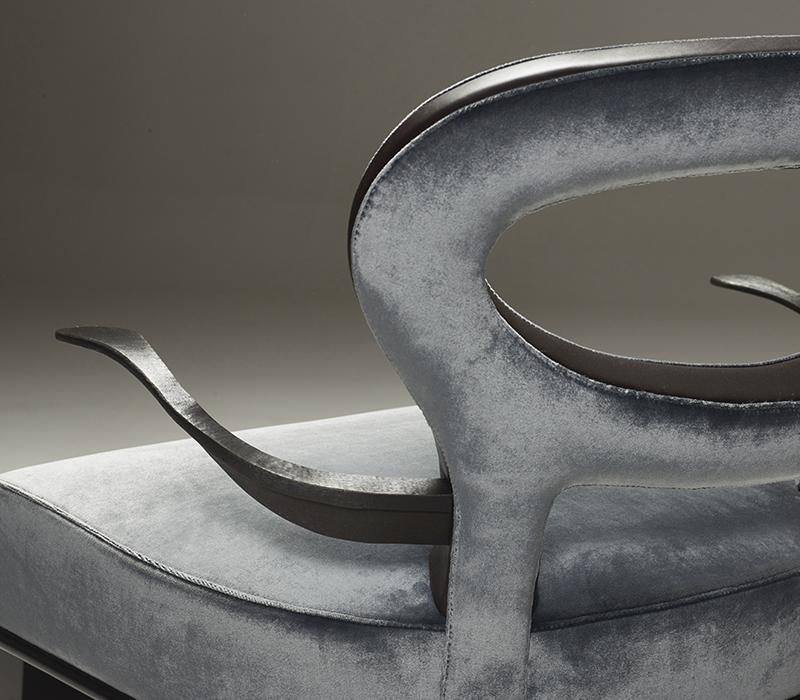 Roka Large是一款宽大的木质扶手椅,以织物或皮革包衬,其铜质扶手细节详见Promemoria产品目录 Promemoria