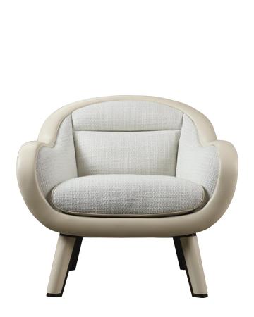 Vittoria是一款以织物或皮革包衬的木质扶手椅,背面配有古铜色手柄,请参见Promemoria产品目录|Promemoria