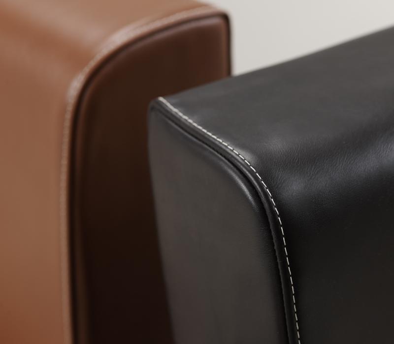 Dolce Vita贵妃椅以织物包衬,并搭配皮革细节,皮革细节详见Promemoria产品目录|Promemoria
